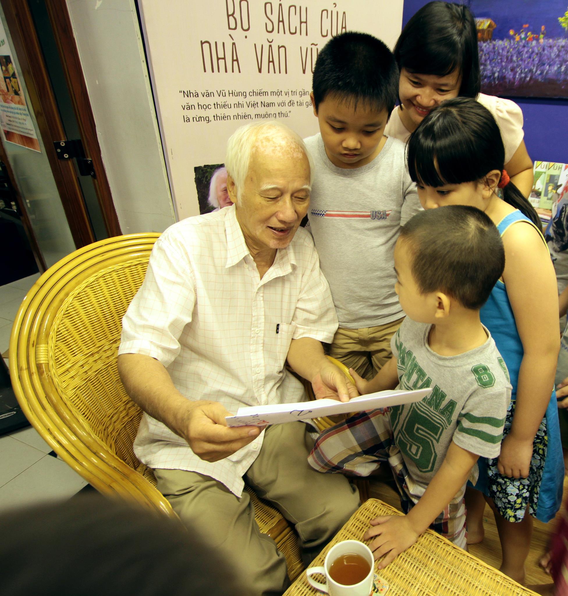 Nhà văn Vũ Hùng với các bạn nhỏ CLB Đọc sách cùng con