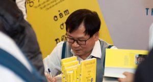 """Nhà văn Nguyễn Nhật Ánh ký tặng độc giả Thủ đô nhân dịp ra mắt cuốn sách """"Cảm ơn người lớn"""""""
