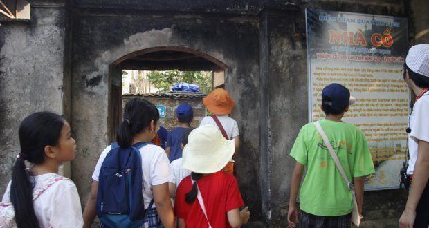 """Hoạt động trải nghiệm – hướng nghiệp """"Nếp nhà xưa"""" tại làng cổ Đường Lâm"""