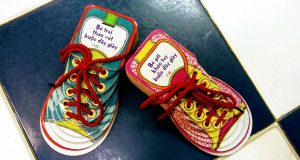 Bé gái khéo tay buộc dây giày – Bé trai tháo vát buộc dây giày (Oldrich Ruzicka, Alexandra Hetmerrova minh họa, Nhã Nam & NXB Hà Nội, 2019)